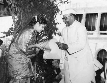 m-_s-_subbulakshmi_receives_padma_bhushan_from_governor_of_madras_sri_prakasa_in_march_1955_at_an_event_in_raj_bhavan